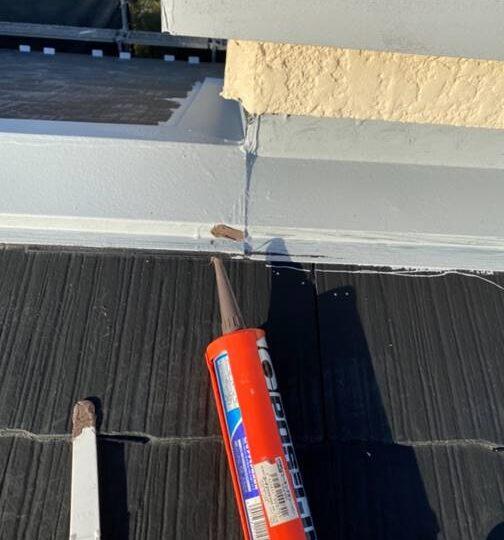 屋根 ビス打替え後コーキング作業